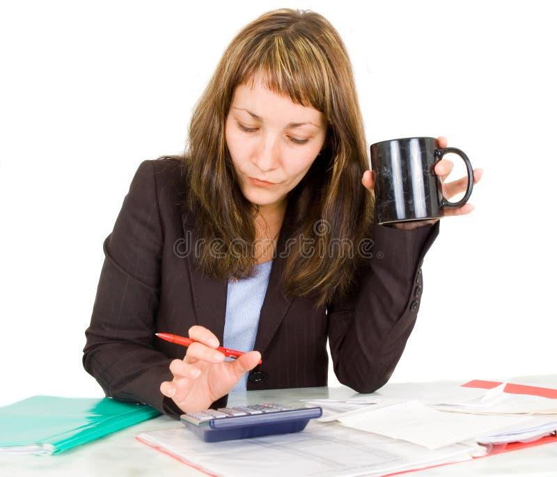 Verticale d'une femme d'affaires avec une calculatrice images libres de droits
