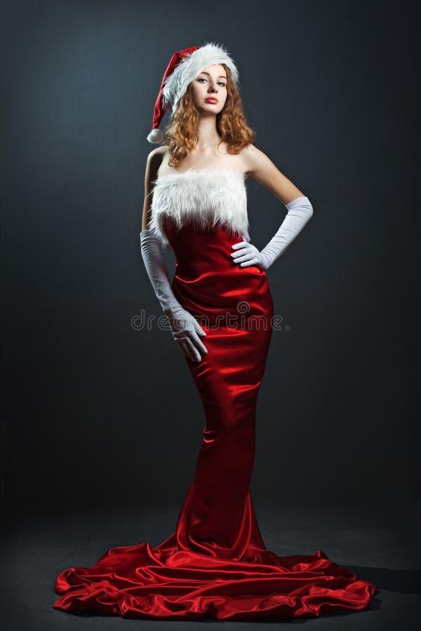 Verticale d'une femme de Noël dans la robe rouge de beauté photo libre de droits