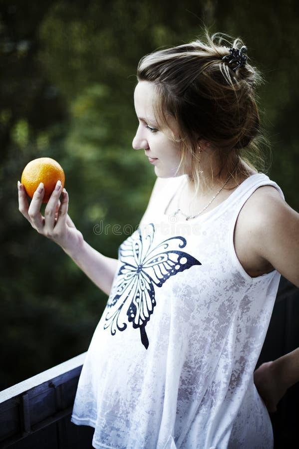 Verticale d'une femme enceinte photo stock