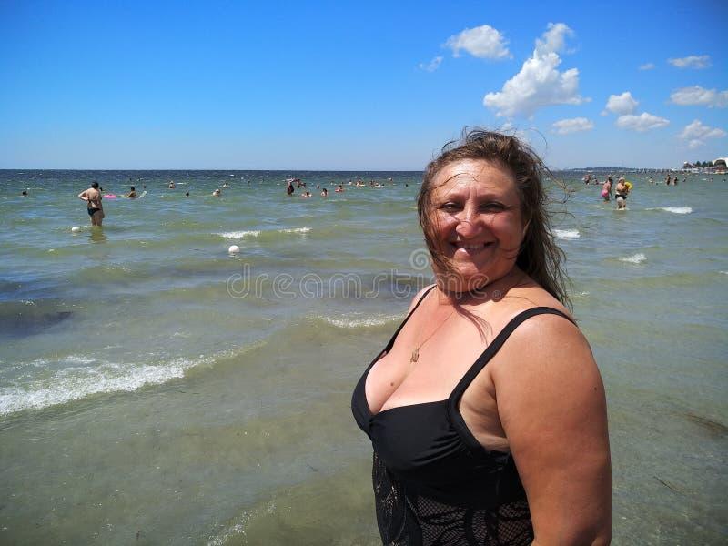Verticale d'une femme entre deux âges images stock