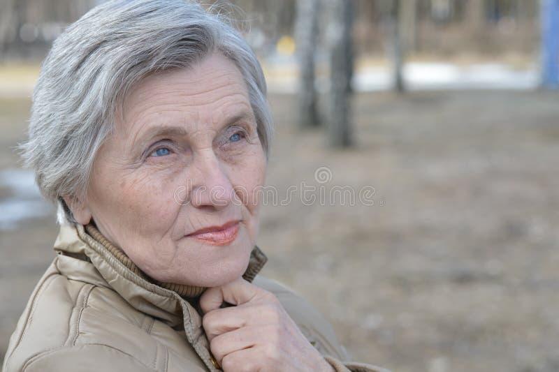 Verticale d'une femme plus âgée photos libres de droits