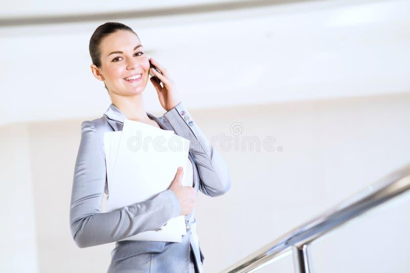Verticale d'une femme réussie d'affaires images stock