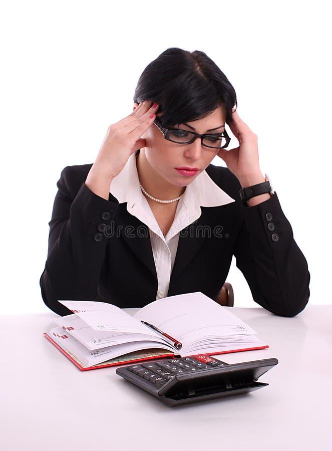 Verticale d'une femme réussie pensante d'affaires image stock