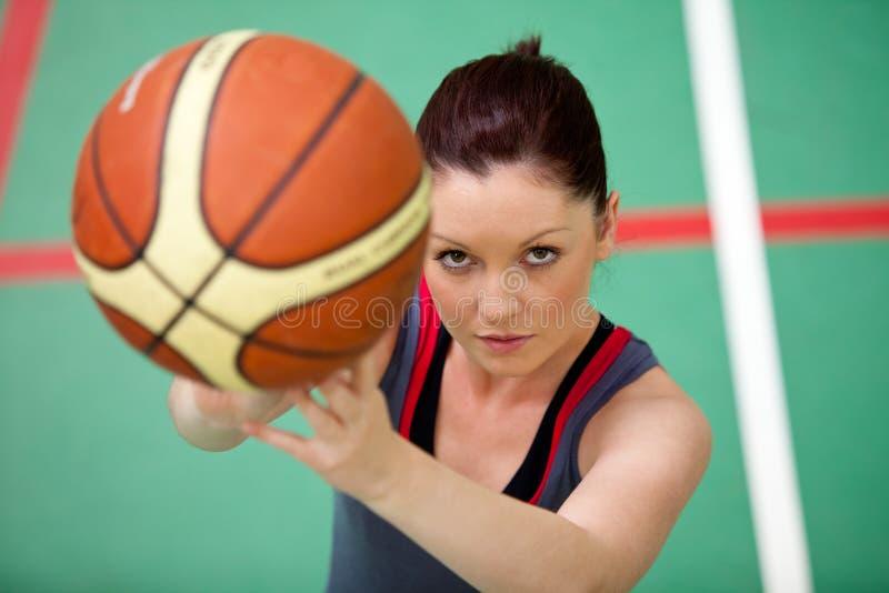 Verticale d'une femme sportive jouant au basket-ball photos libres de droits