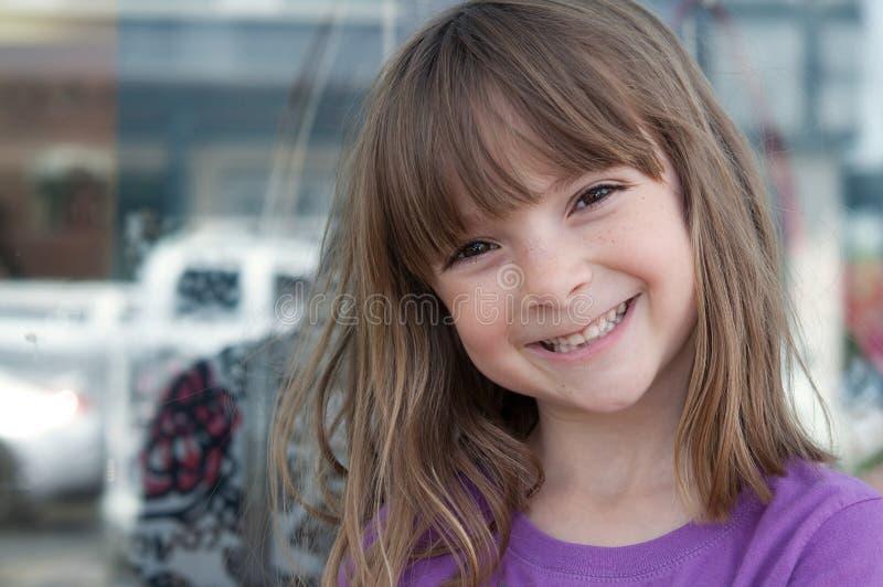 Verticale d'une fille assez petite avec le smil lumineux images libres de droits