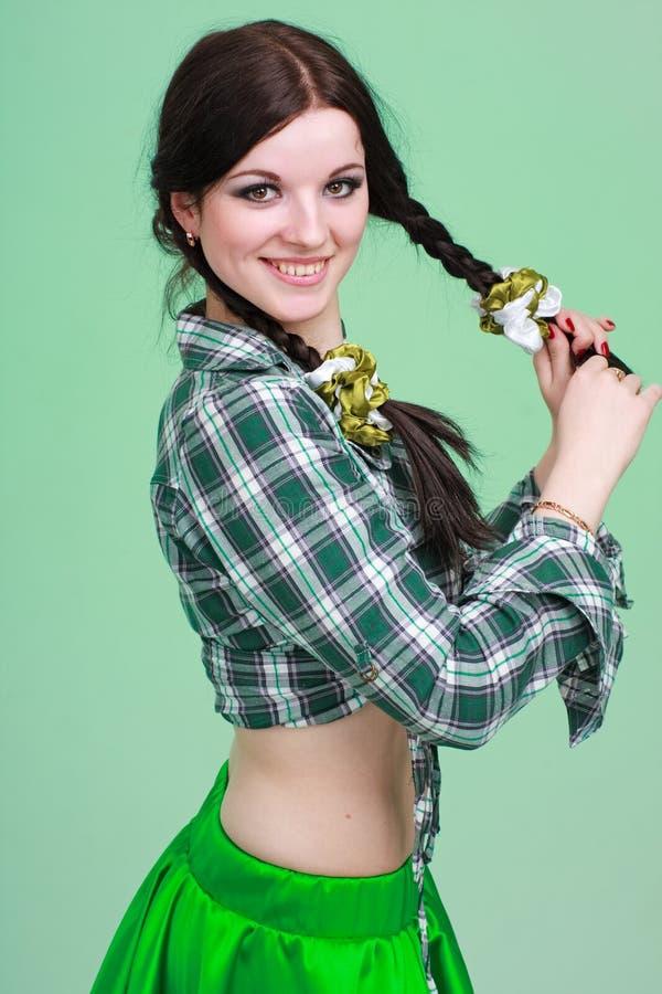 Verticale d'une fille avec des tresses photo libre de droits