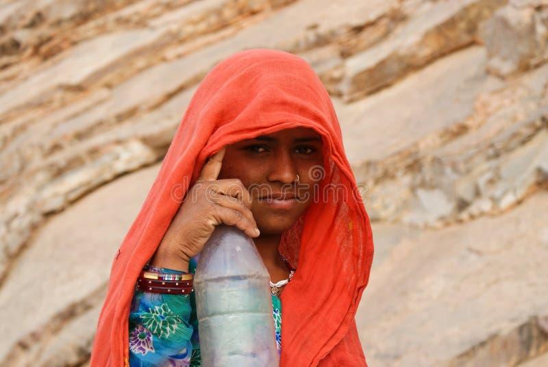 Verticale d'une fille avec une bouteille, Ràjasthàn images stock