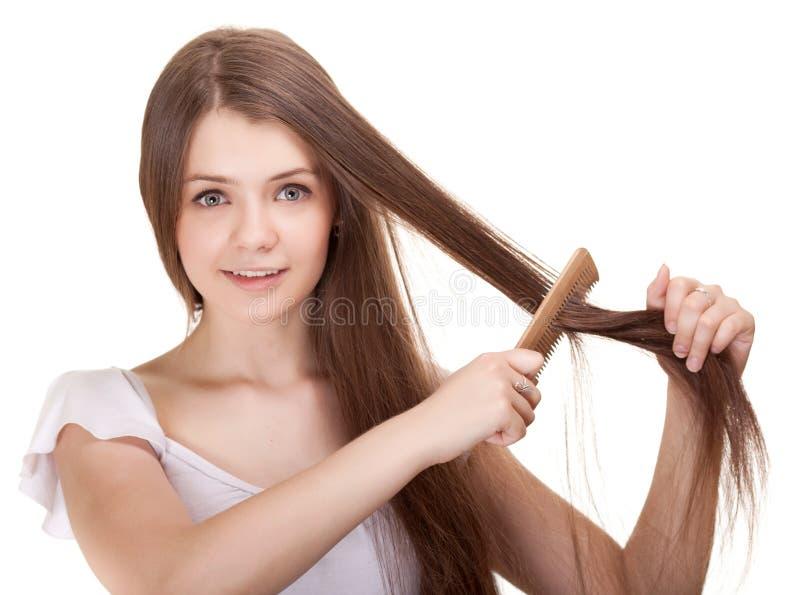 Verticale d'une fille de l'adolescence de la belle jeunesse avec le peigne photos libres de droits