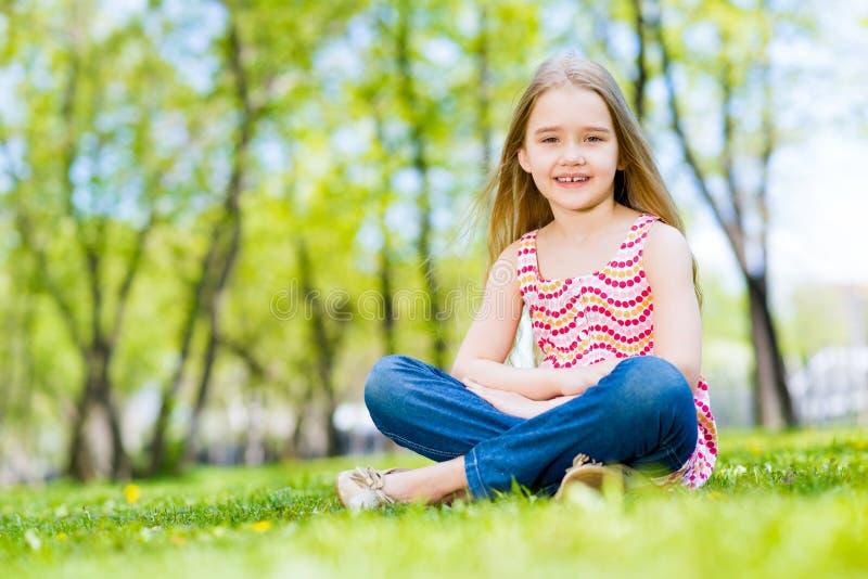 Verticale d'une fille de sourire en stationnement images libres de droits