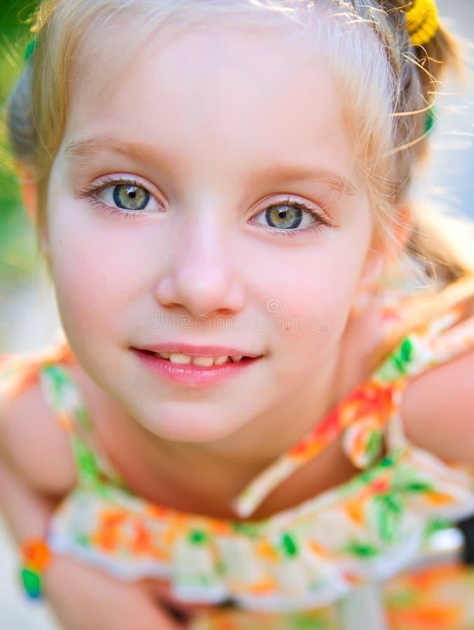 Verticale d'une fille heureuse de liitle photos libres de droits