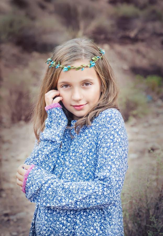 Verticale d'une fille mignonne photo libre de droits
