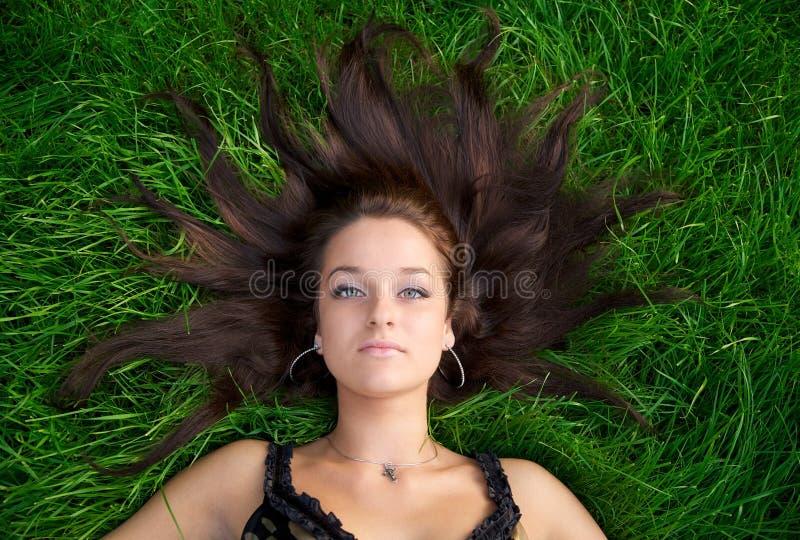 Verticale d'une jeune belle femme image stock