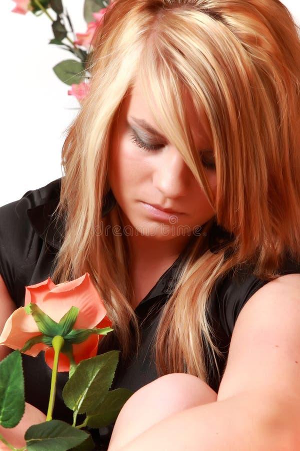 Verticale d'une jeune femme. images stock