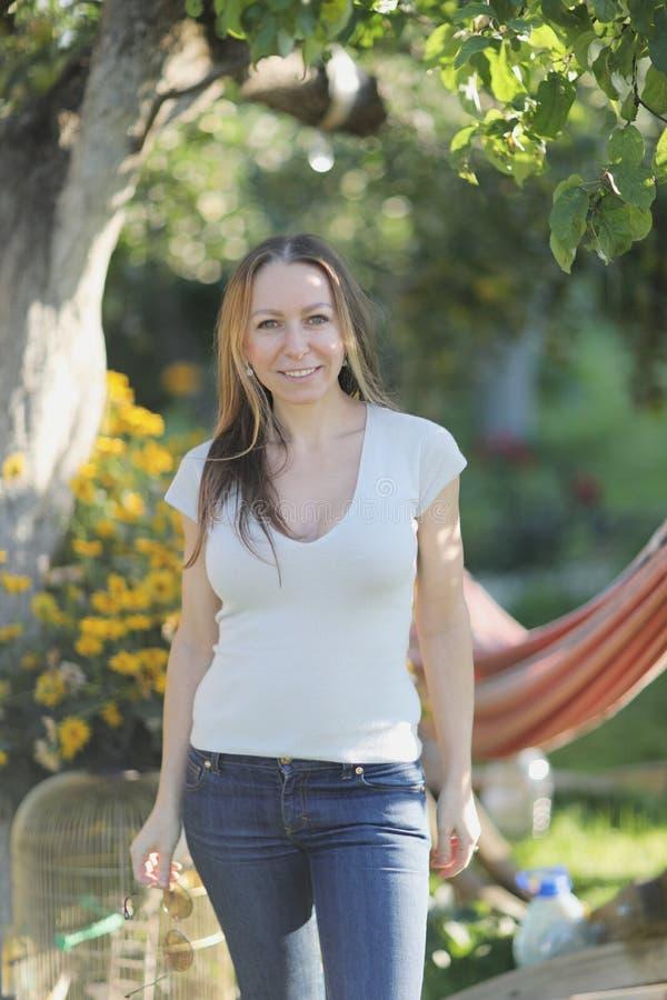 Verticale d'une jeune femme dans le jardin photo libre de droits