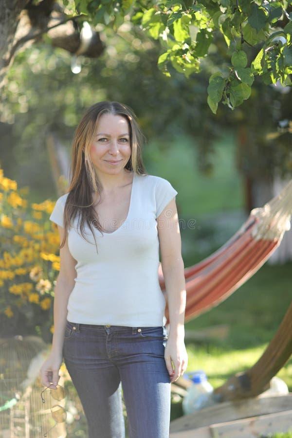 Verticale d'une jeune femme dans le jardin image libre de droits