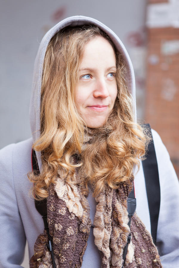 Verticale d'une jeune femme dans une couche avec un capot photographie stock libre de droits