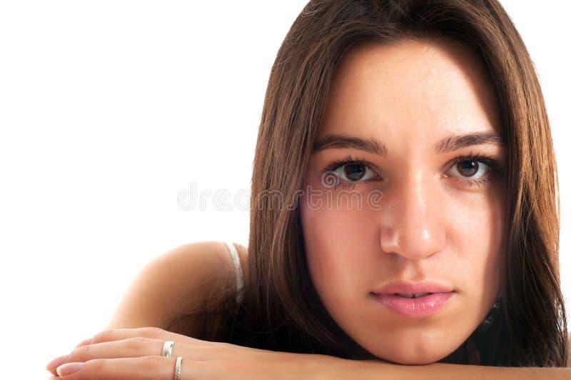 Verticale d'une jeune femme de joli brunet photographie stock libre de droits
