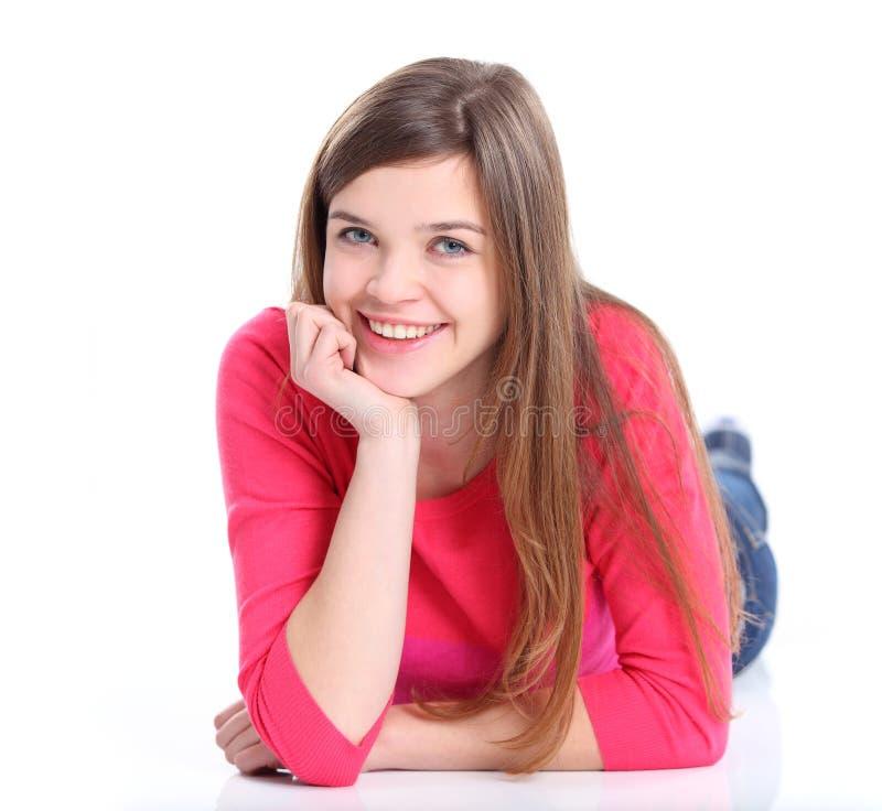 Verticale d'une jeune femme de sourire se trouvant sur l'étage images libres de droits