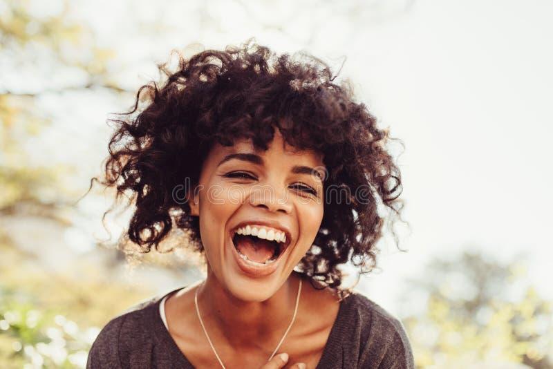 Verticale d'une jeune femme heureuse photo stock
