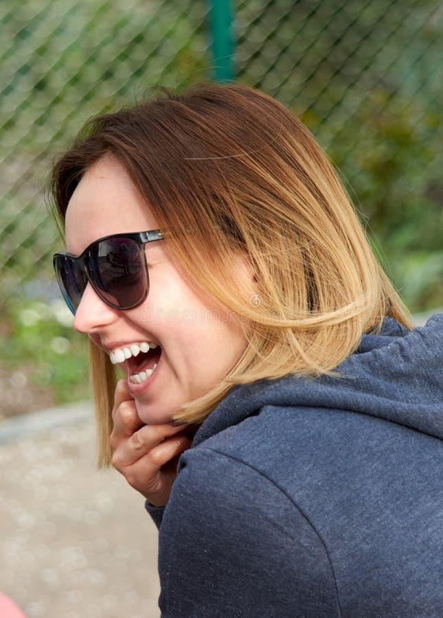Verticale d'une jeune femme heureuse photo libre de droits