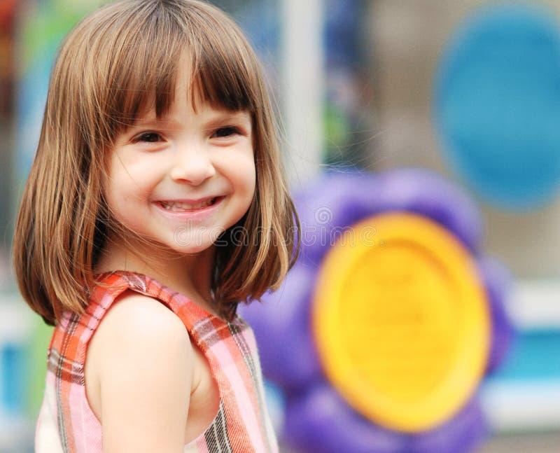 Verticale d'une jeune fille adorable images stock