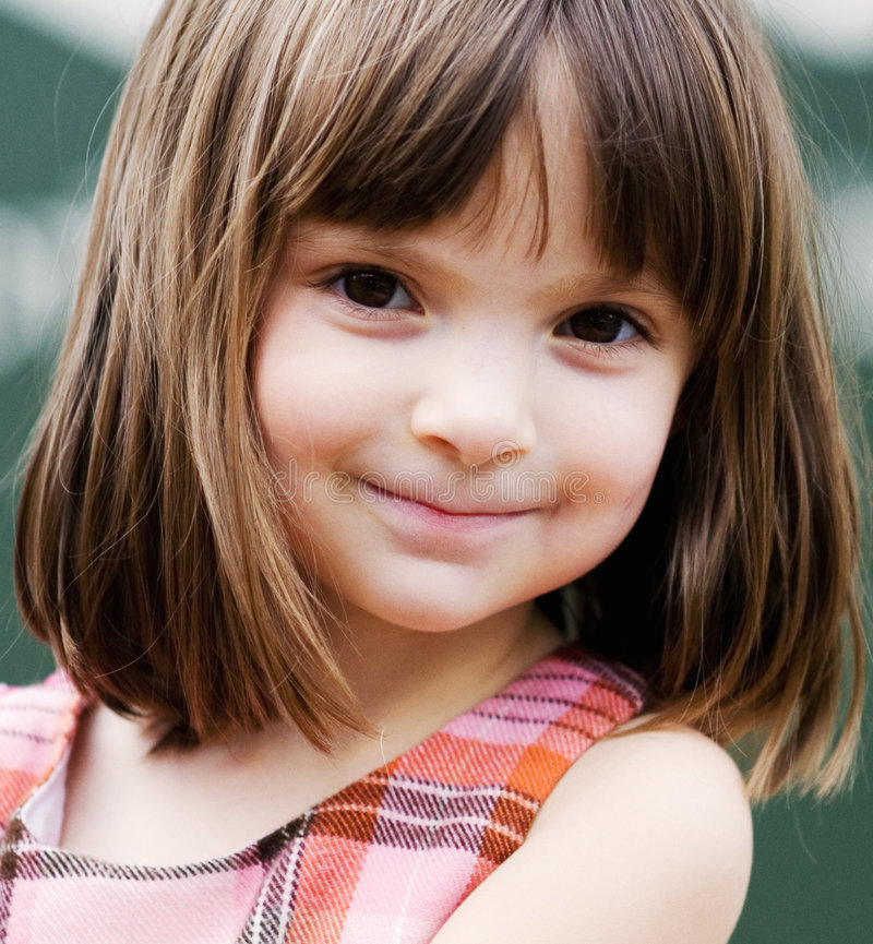 Verticale d'une jeune fille adorable photographie stock libre de droits