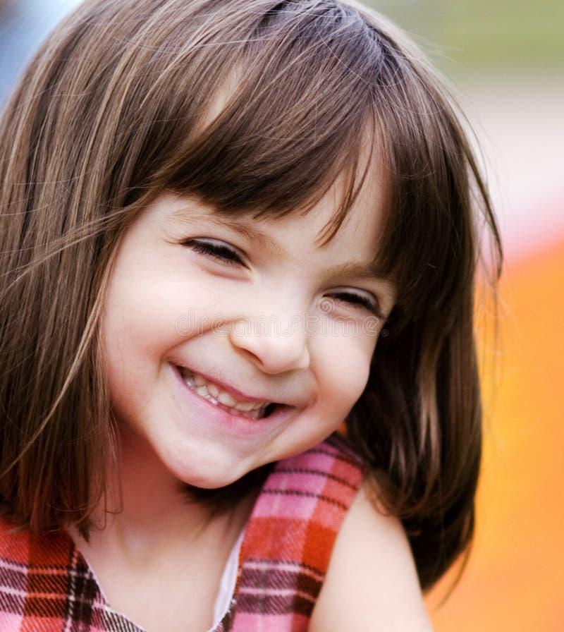Verticale d'une jeune fille adorable photos libres de droits