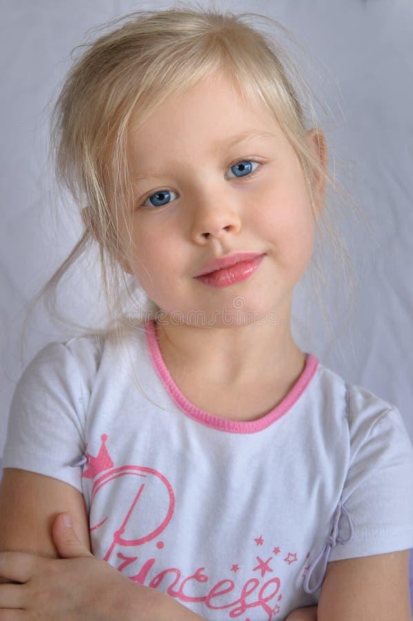 Verticale d'une jeune fille avec des œil bleu image stock