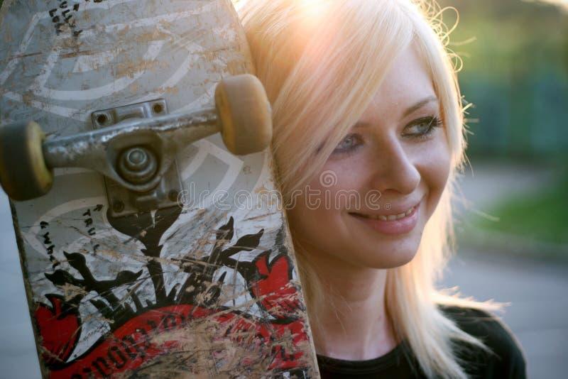 Verticale d'une jeune fille de patineur image libre de droits