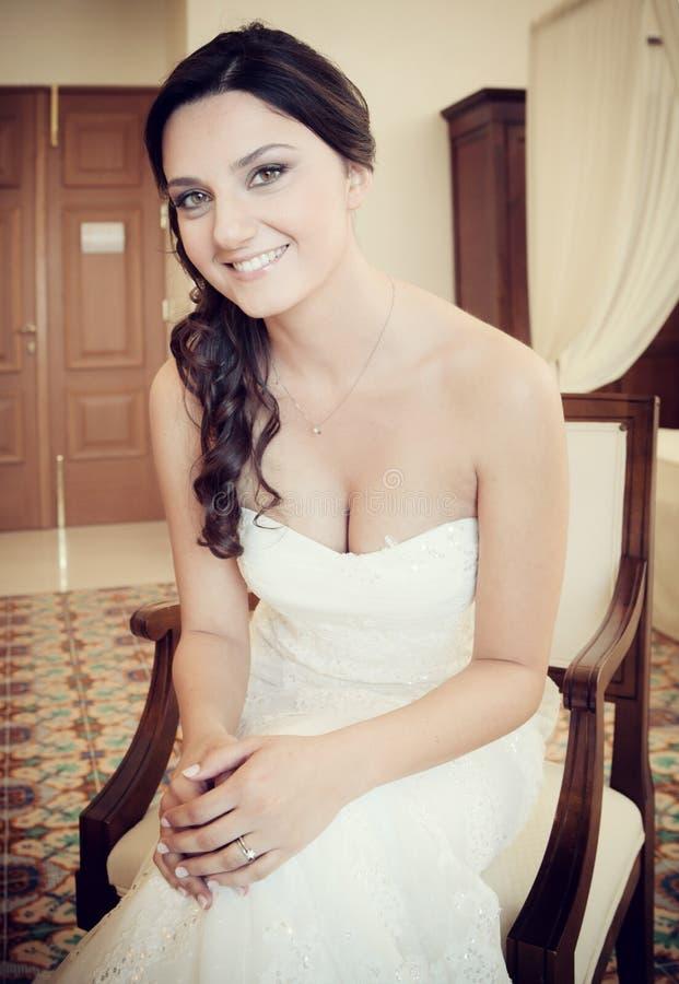 Verticale d'une jeune mariée de sourire photo stock