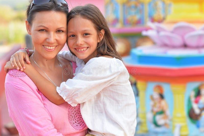 Verticale d'une mère et d'un descendant heureux photo libre de droits