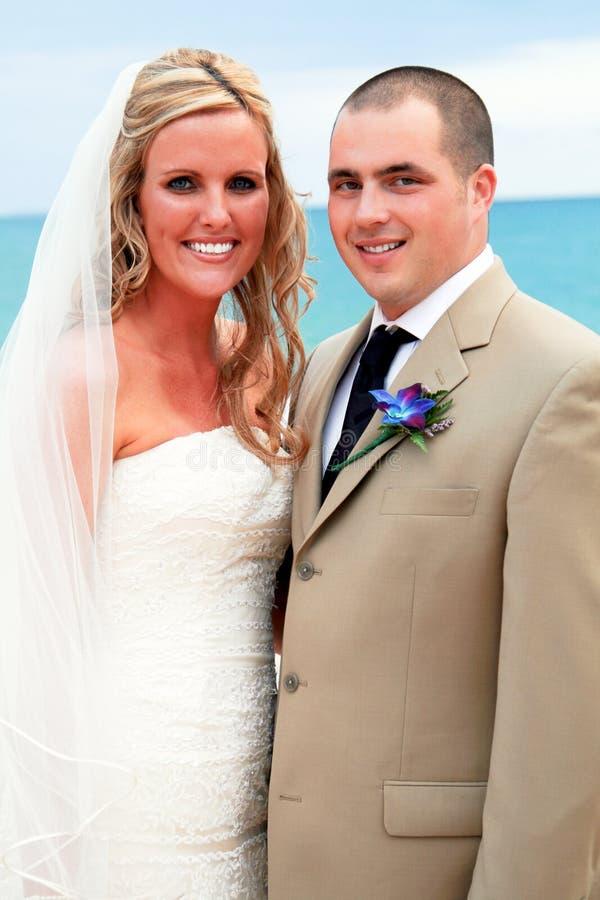 Verticale d'une mariée et d'un marié photo stock