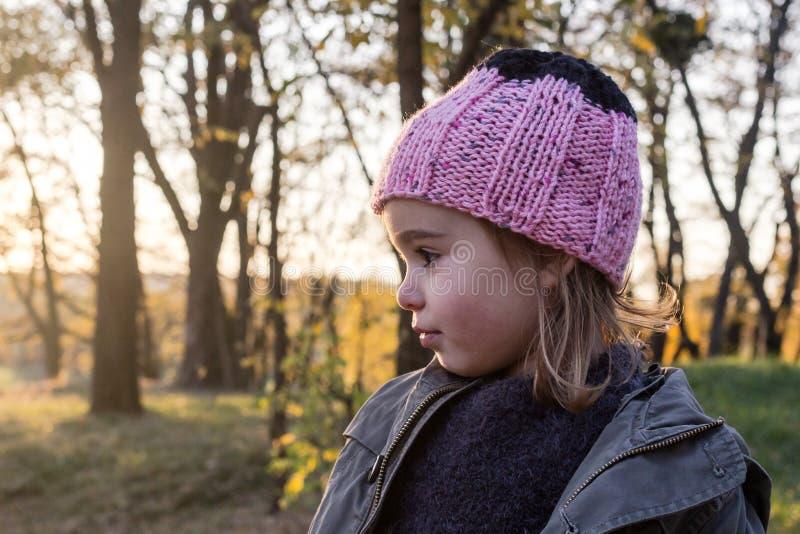 Verticale d'une petite fille gaie image libre de droits