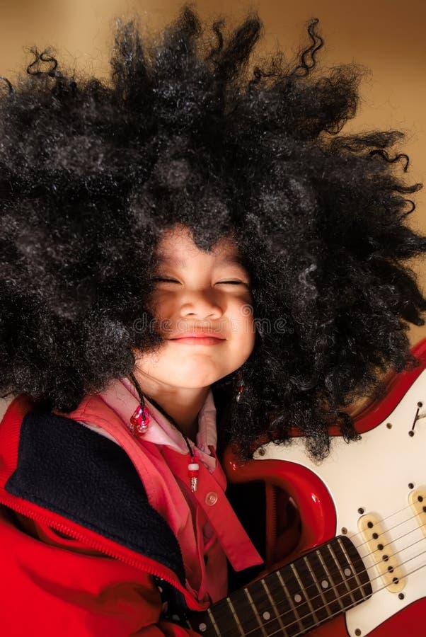 Verticale d'une petite fille mignonne photo libre de droits