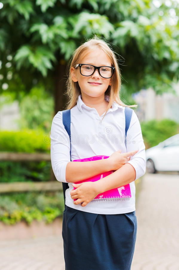 Verticale d'une petite fille mignonne images stock