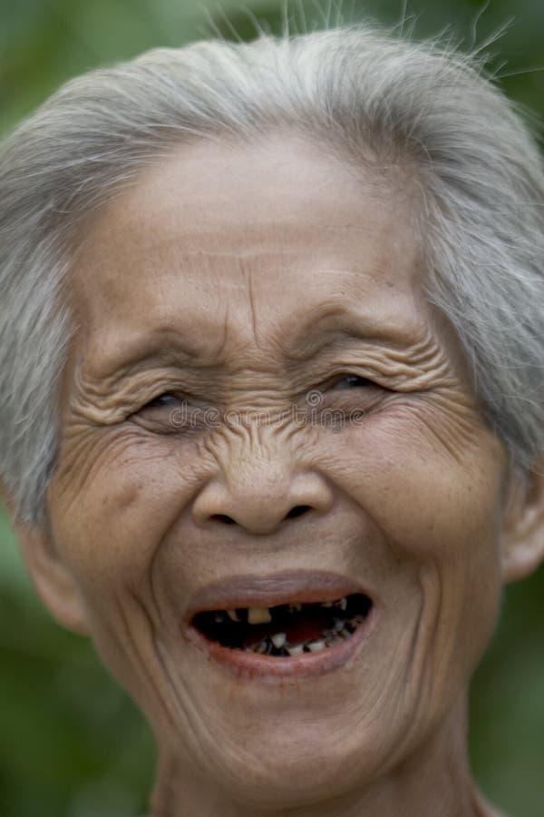 Verticale d'une vieille femme asiatique photos libres de droits