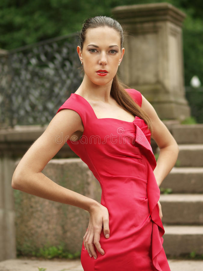 Verticale dans la robe rouge images stock