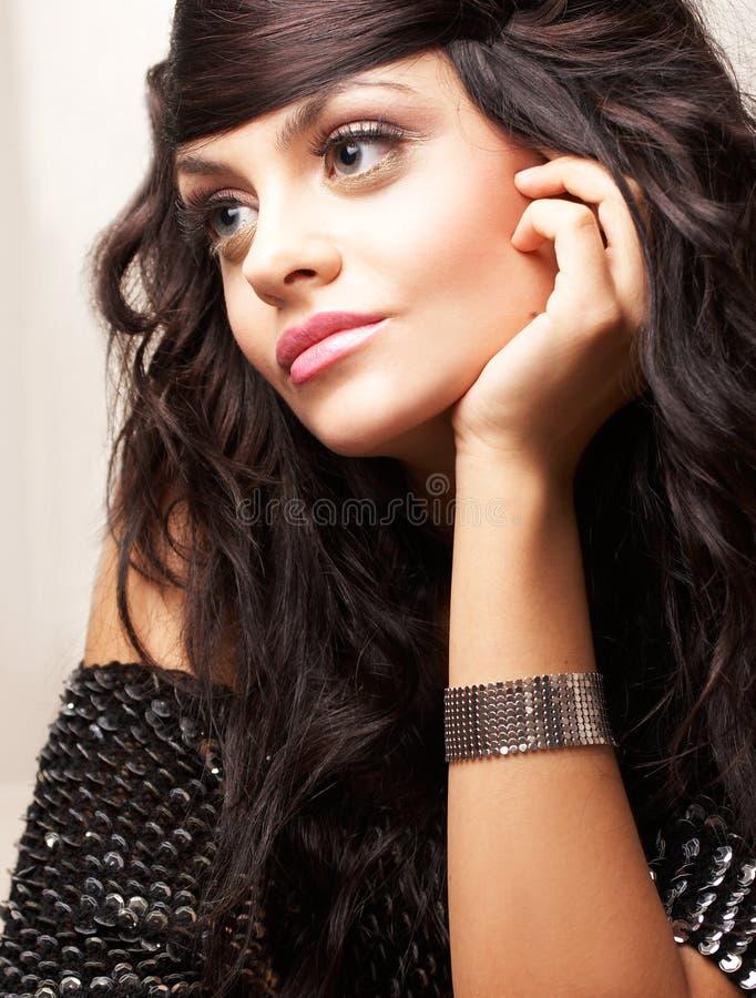 Verticale de beau brunette images libres de droits