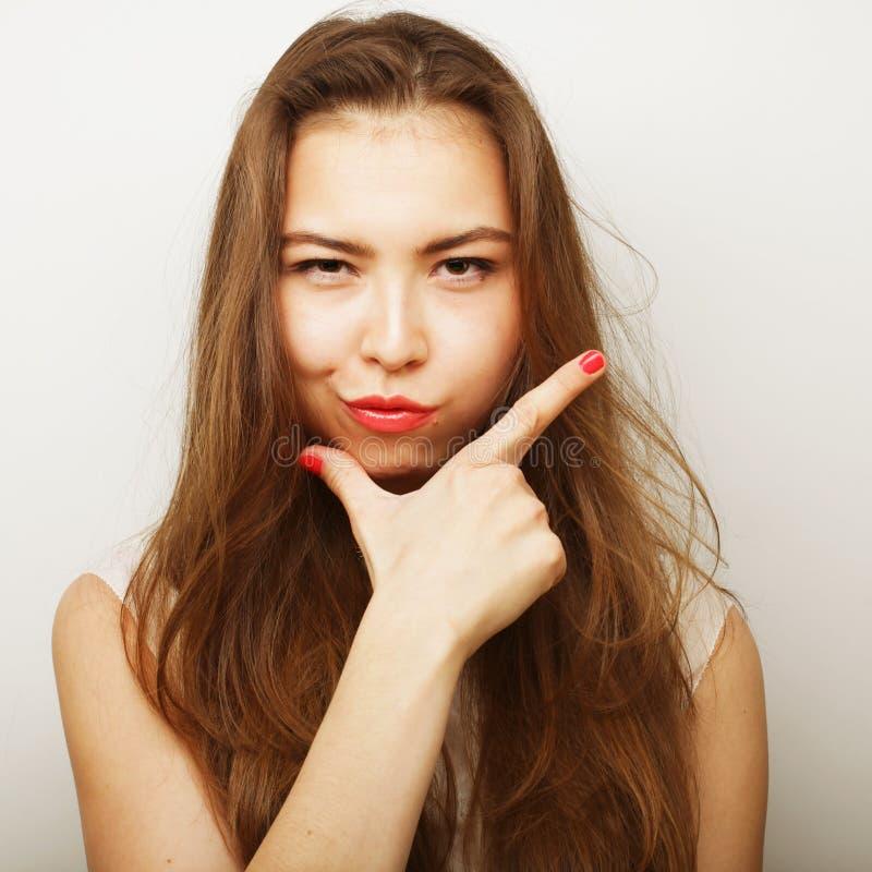 Verticale de beau penser de jeune femme photo stock