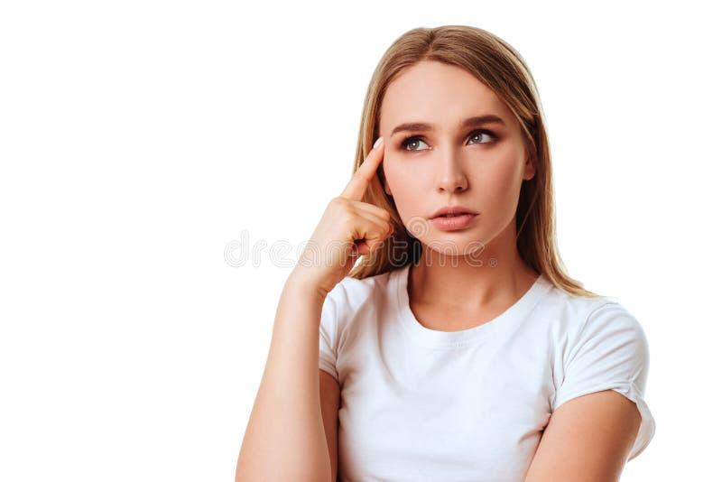Verticale de beau penser de jeune femme images stock