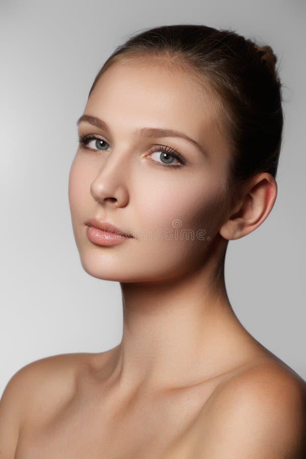 Verticale de beauté Beau visage de femme de station thermale Peau fraîche parfaite P photo libre de droits