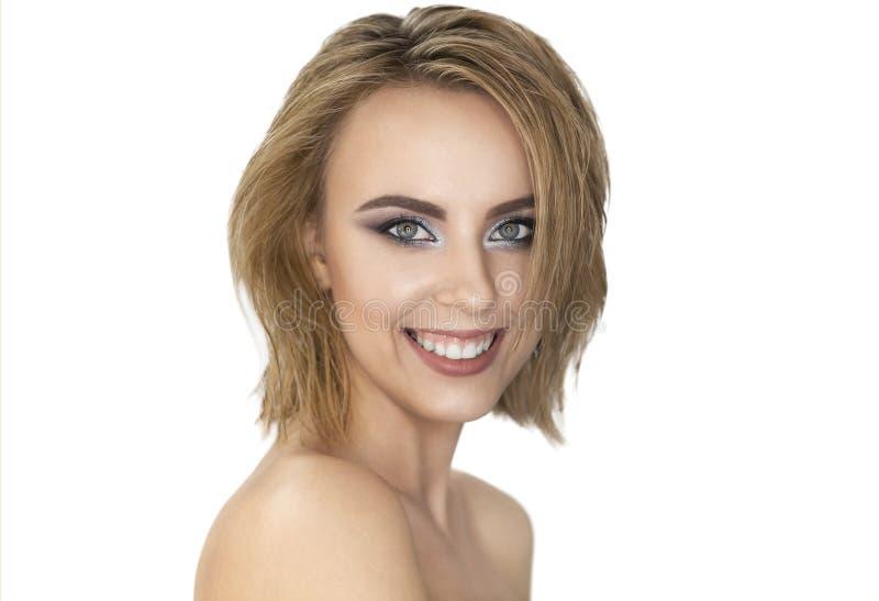 Verticale de beauté Belle femme blonde avec la peau et les cheveux frais parfaits avec l'effet humide photo libre de droits
