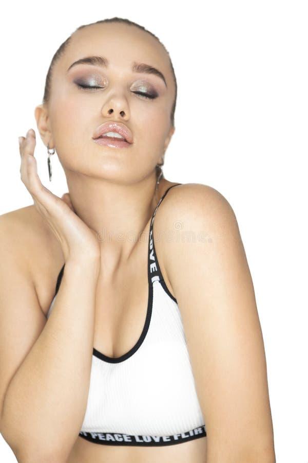 Verticale de beauté Belle femme de brune touchant son dessus de port de culture de visage avec la peau fraîche parfaite photographie stock libre de droits