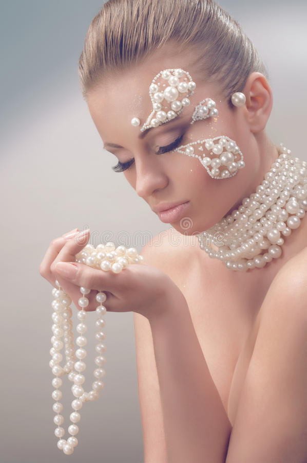 Verticale de beauté de studio avec le collier de perle photos stock