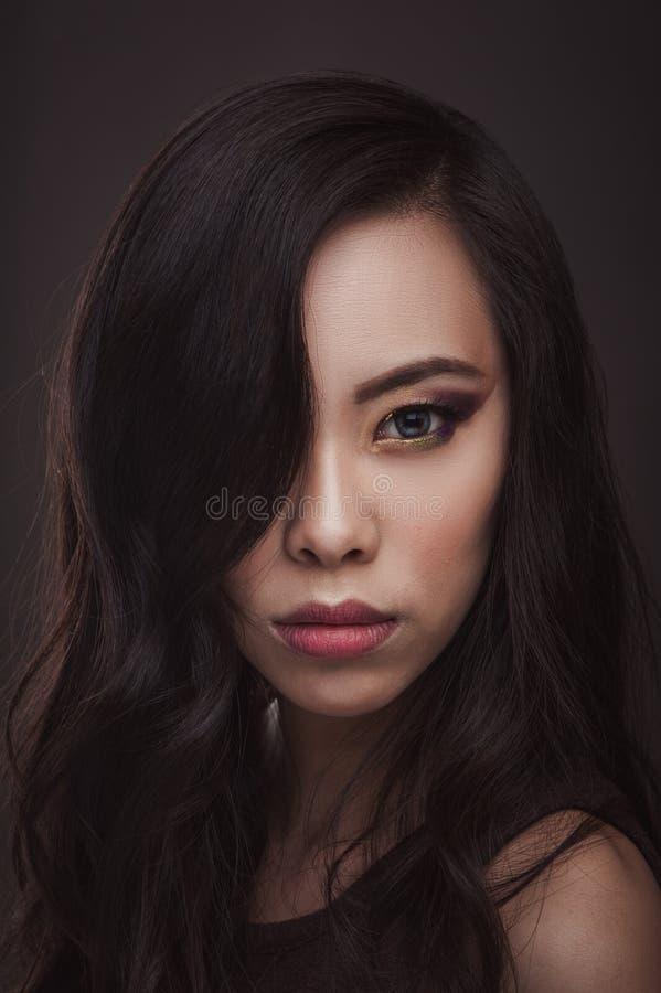 Verticale de beauté de femme asiatique images libres de droits