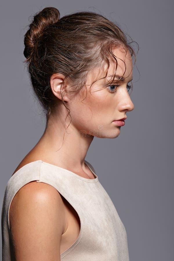 Verticale de beauté de jeune femme Fille de brune avec le bleu lumineux e photo libre de droits