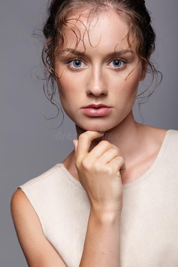 Verticale de beauté de jeune femme Fille de brune avec le bleu lumineux e image libre de droits