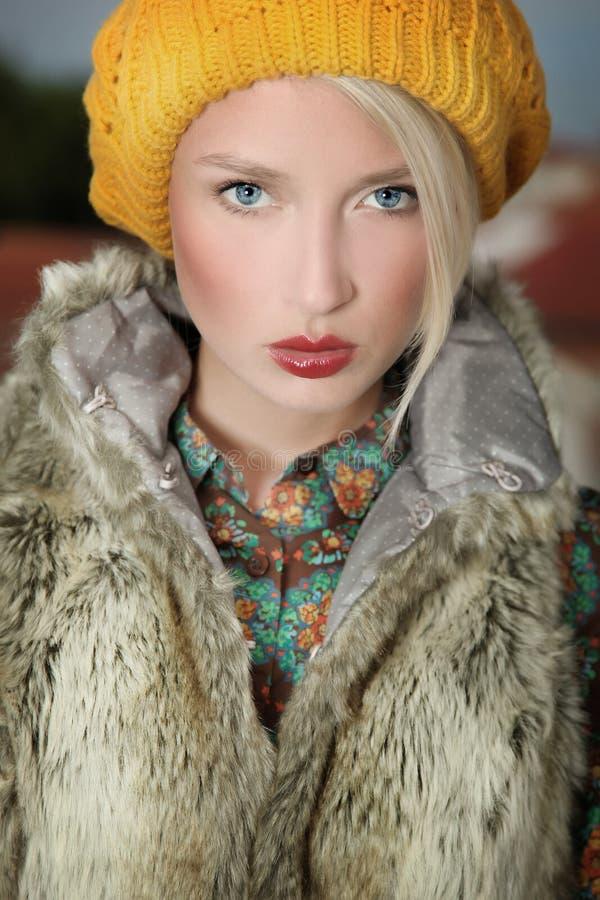 Verticale de belle blonde photo stock
