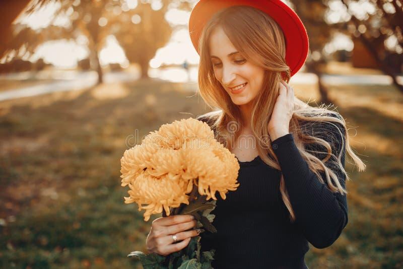 Verticale de belle femme images stock