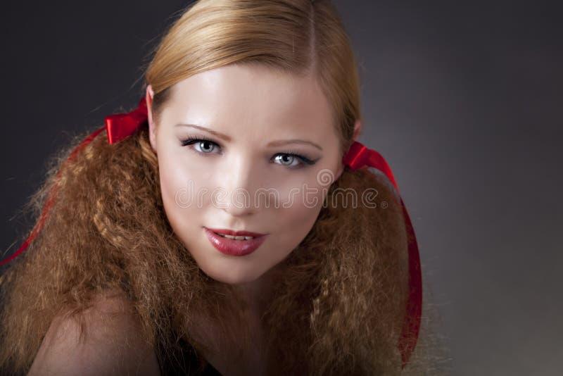 Verticale de belle femme photos libres de droits